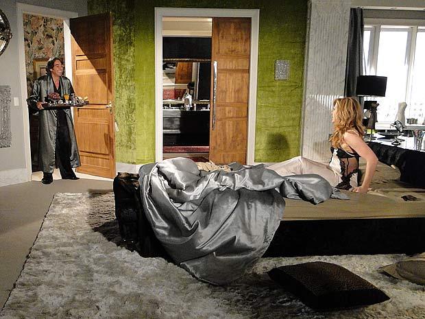 Jacques entrra no quarto de roupão trazendo café na cama
