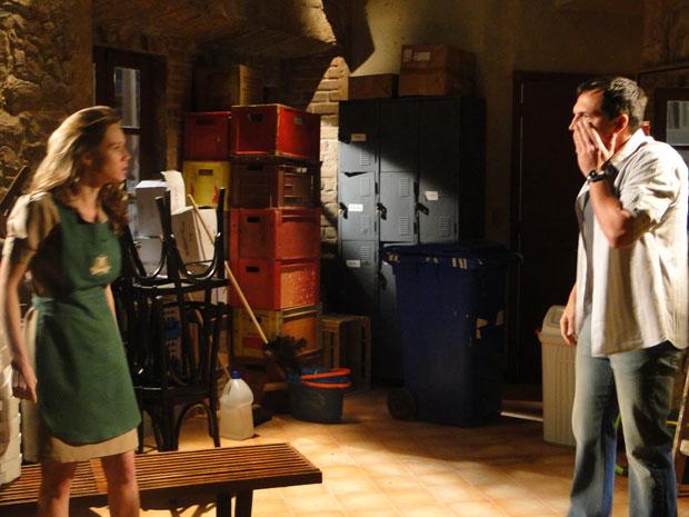 Clara está furiosa e após tentativa de beijo, a loura dá um tapa em Diogo