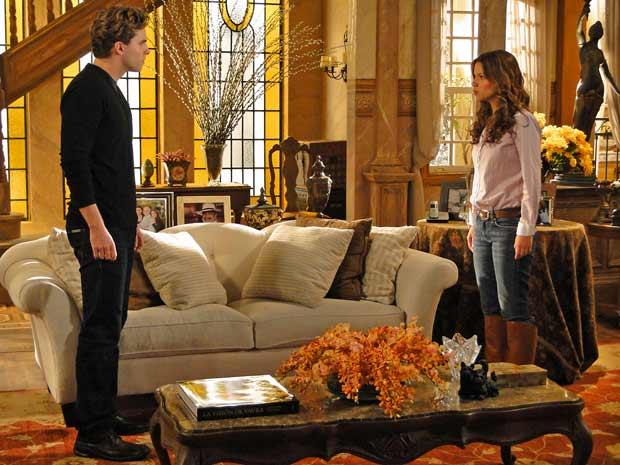 Manuela põe Vitor contra a parede e pergunta se ele armou o encontro deles em Goiania