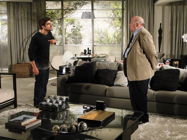 Edgar vai à casa de Giancarlo e o enfrenta