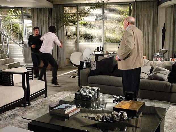 Renato chega para defender o pai e caba se atracando com Edgar