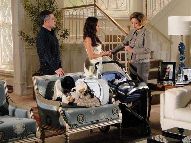 Marcela arruma as malas e se despede de Bruna e Gustavo