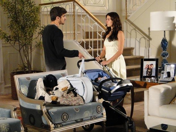 Edgar vê que Marcela está partindo e faz chantagem emocional