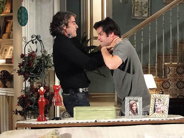 Jacques vai à casa de Marta buscar Mabi e Lipe e enfrenta Ari