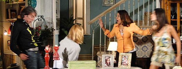 Amanda vê a confusão e joga um ovo em Jacques