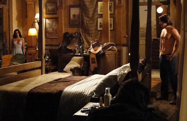 Estela entra no quarto de Solano
