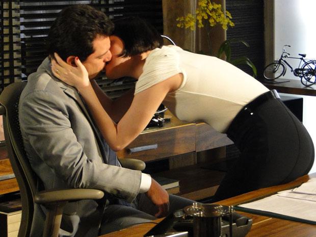 Melina beija Mauro