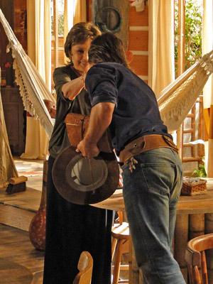 Sempre educado, Solano cumprimenta Beatriz