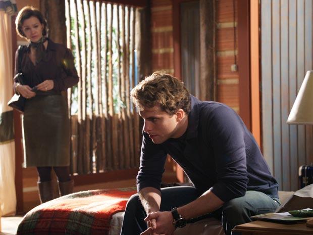Amélia encontra Vitor arrasado