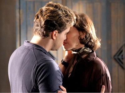 O beijo emocionado de Amélia e Vitor