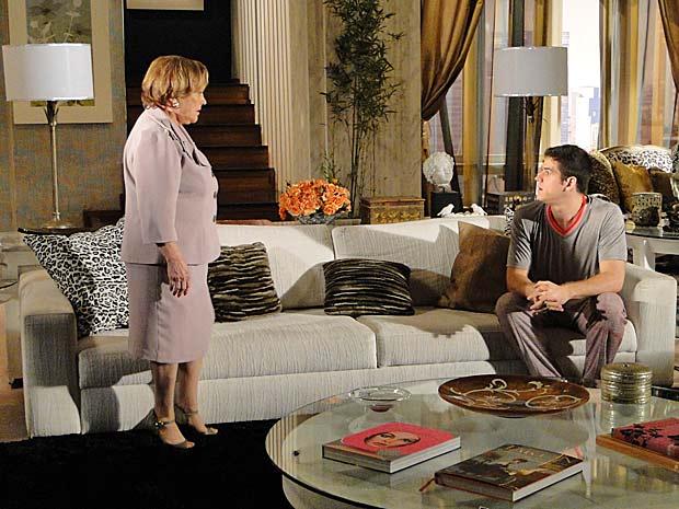 Júlia tem uma conversa séria com Pedro