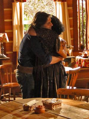 Terê e Solano se abraçam