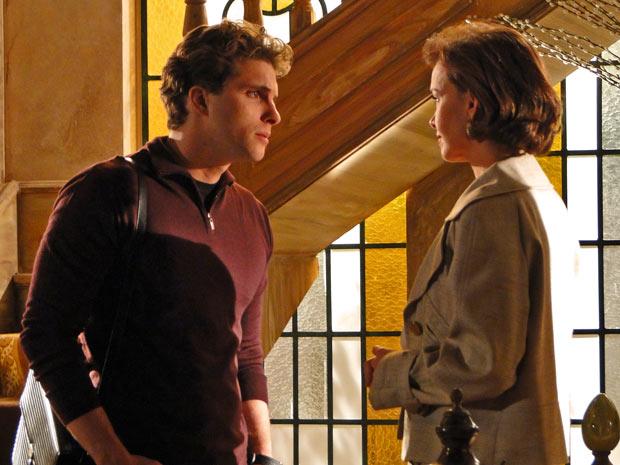 Vitor pergunta para Amélia o porquê se seu olhar triste