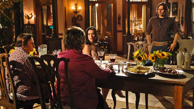 Quando Solano volta, Beatriz tenta animá-lo, deixando Mariquita morrendo de ciúmes