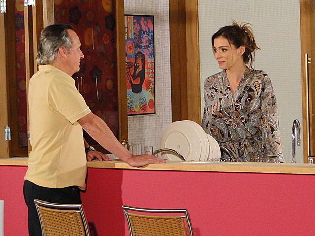 Breno (Tato Gabus Mendes) quer fazer aulas de etiqueta com Dorinha (Mônica Martelli)_01