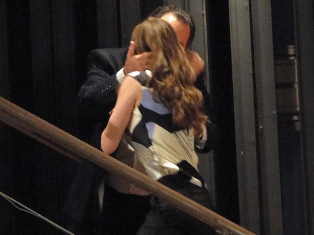 No clima apaixonado, os dois sobem as escadas e passam a noite juntos