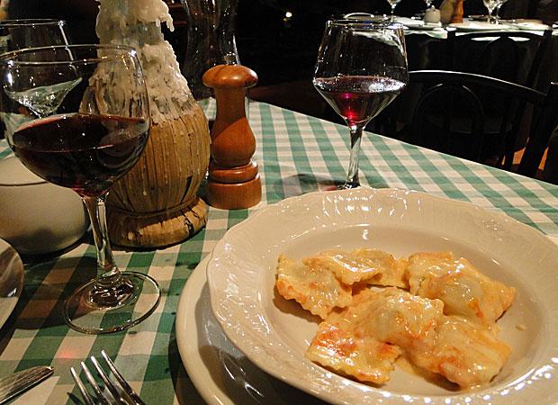 Aprenda a fazer o ravioli de carne servido na cantina da Clara