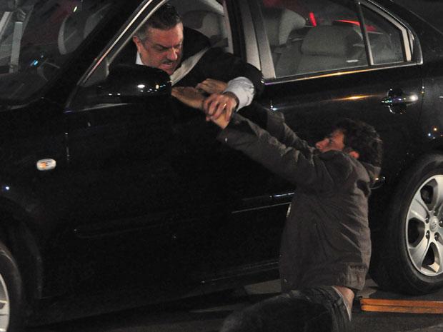 Danilo conta que pediu ajuda a Saulo, mas o pai e desatratou