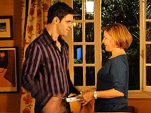 Nicole se insinua e convida Chico para assistir um filme