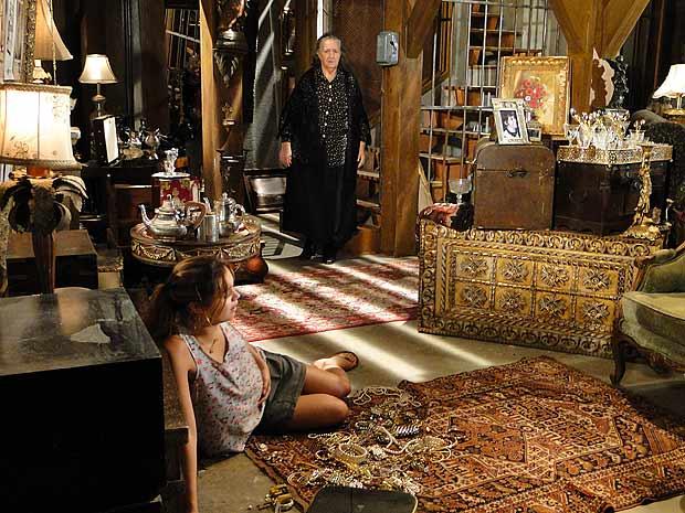 Dona Mocinha deixa Stéfany sair da sala do tesouro e ela sai correndo