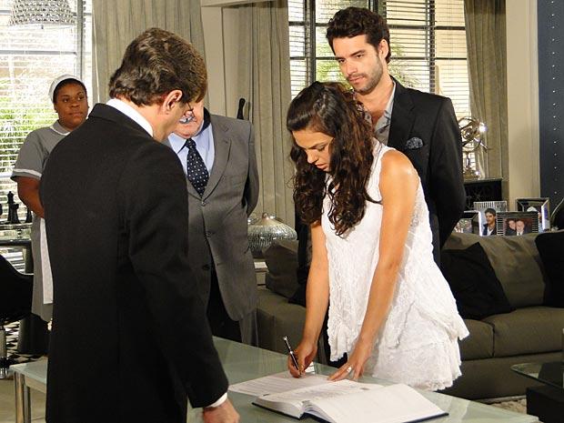 Ela cumpre sua parte do acordo e se casa com Renato