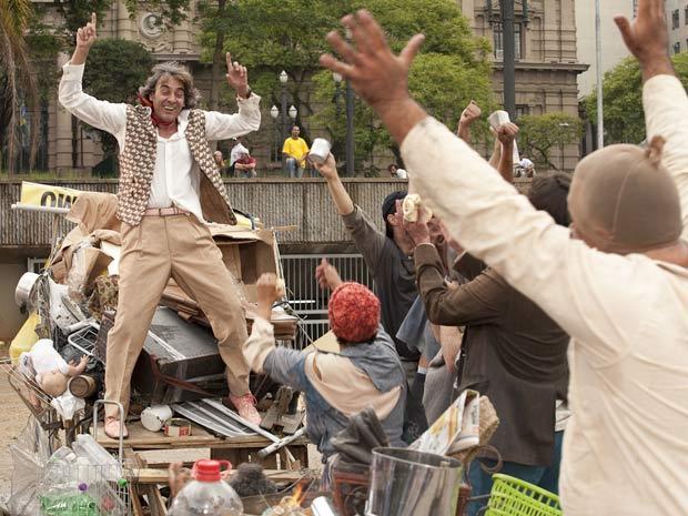 """Jacques sai andando pelas ruas e se """"enturma"""" com um grupo de mendigos"""