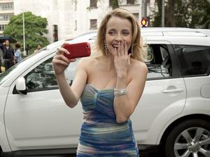 Camila vê a cena e grava com o celular