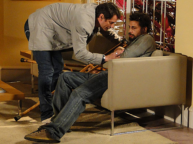 Na clínica, Danilo acaba reconhecendo Gerson