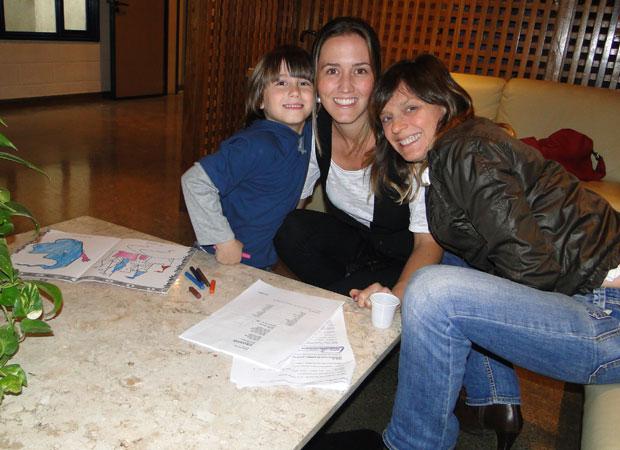 Dudu com a mãe Roberta e Cristina Bethencourt, preparadora de elenco infantil