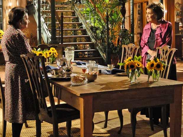 Beatriz ri com o ciúmes de Mariquita, mas diz que tem medo que Solano descubra seu passado