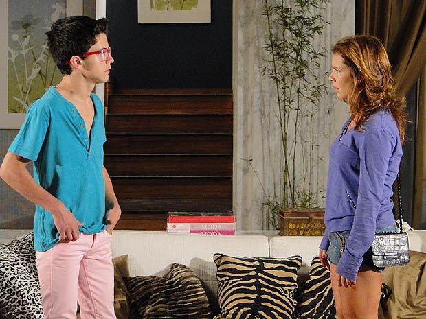 Lipe tenta consolar Thaísa, mas ela não gosta do jeito dele