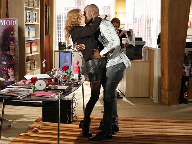 Adriano não resiste e dá um beijão nela