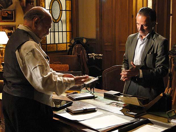 Geraldo mostra as fotos a Max