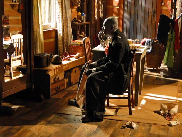 Neca senta em frente ao espelho e se desespera ao lembrar de Maciel