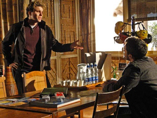 Vitor chega à operadora para pedir o jipe emprestado a Fred