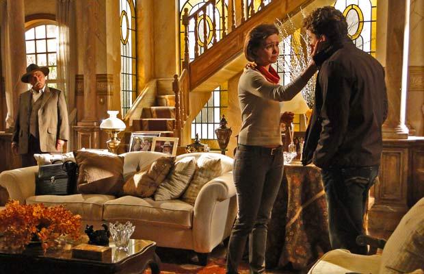 Max vê Amélia acalmando Vitor e fica furioso