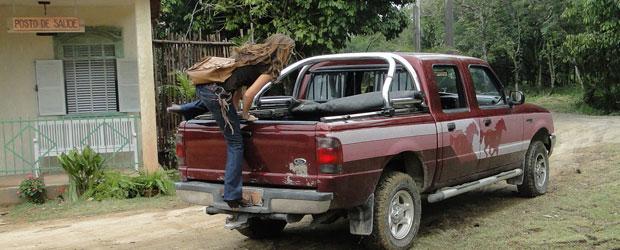 Manuela se esconde na caminhonete