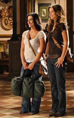 Estela e Manuela chegam juntas e todos estranham