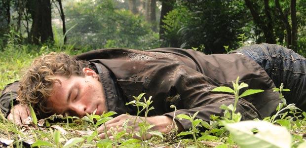 Vitor está desacordado sozinho no meio da floresta