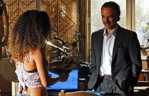 Geraldo mostra as fotos que tirou de Safira durante o espetáculo