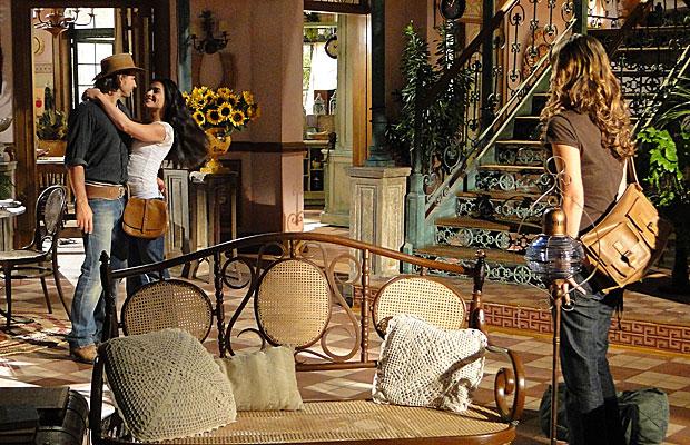 Manuela vê a intimidade de Estela e Solano