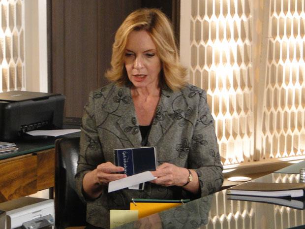 Myrna encontra passaporte de Fred