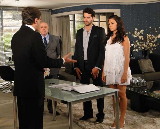 Marcela e Renato se casam diante de um juiz