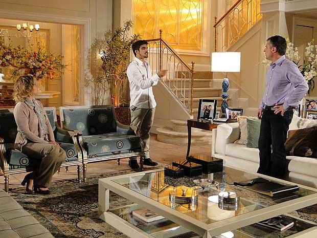 Edgar enfrenta o pai e o culpa pelo casamento de Marcela e Renato