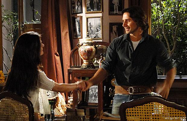Estela entrega para Solano o cheque da venda da safra