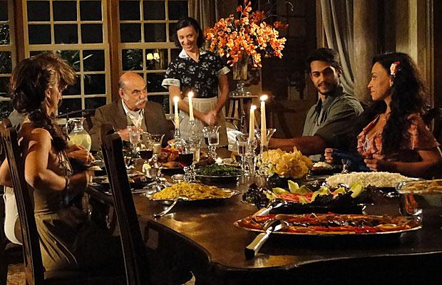 Janaína mostra tensão durante o jantar com a família do namorado
