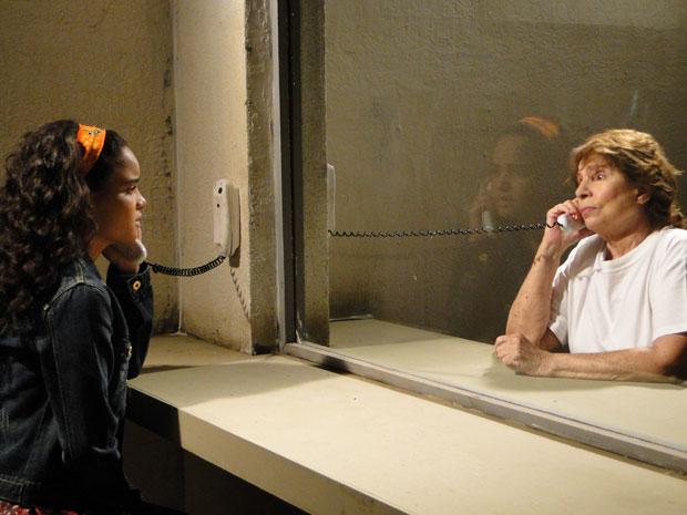 Kelly visita Valentina na cadeia e fica com pena da avó