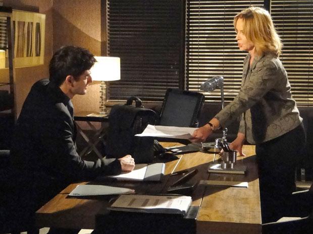 Myrna mostra a Fred a cópia do passaporte comprovando que ele foi para Suíça