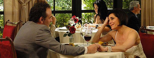 Rebeca e Gino saem para jantar no maior clima de romance