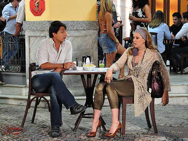 Ricardinho consegue se aproximar de Jaqueline e ela acaba falando de mais
